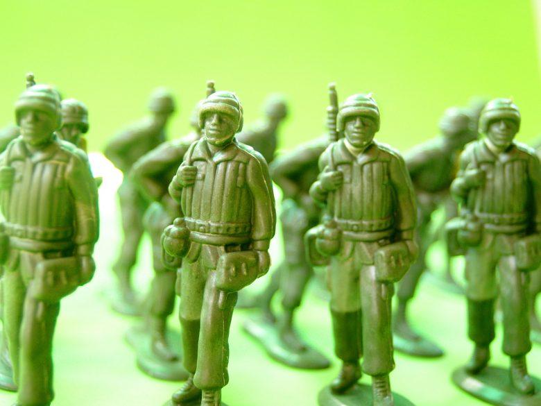 注意する兵隊
