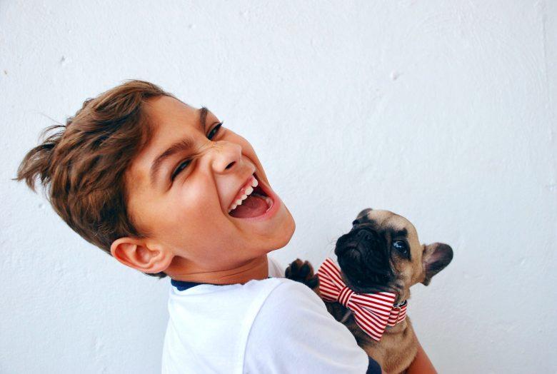 犬をかわいがって喜ぶ少年