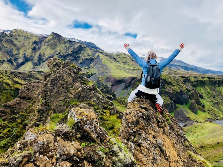 ロッキー山脈を登って喜ぶ女性