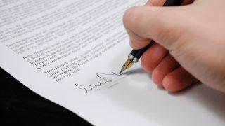 回答書にサインする人