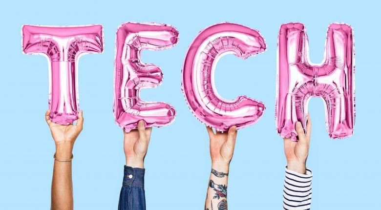 ピンクのTECH風船を保持している4人