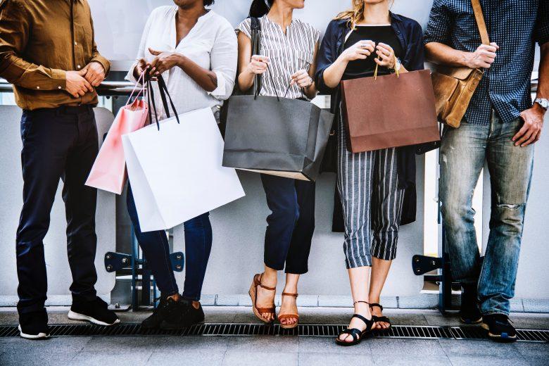 セールで多くの商品を購入した人たち