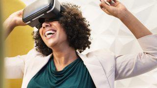 VRのノウハウに新しい時代を感じて喜ぶ女性