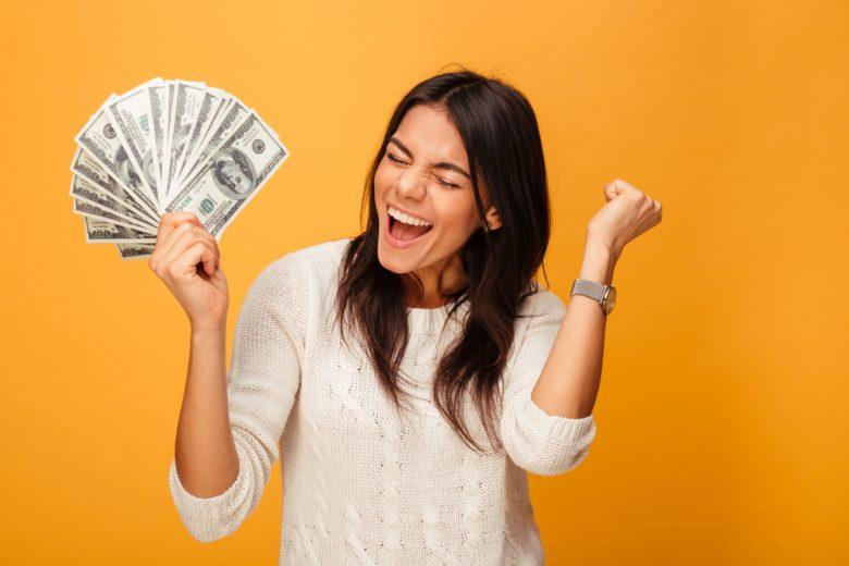 現金を手に入れて喜ぶ女性