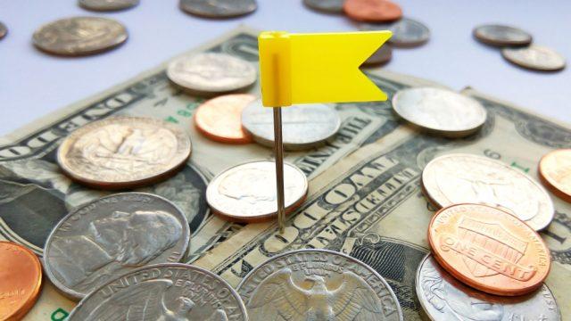 お金の中に目印として旗を立てた状態