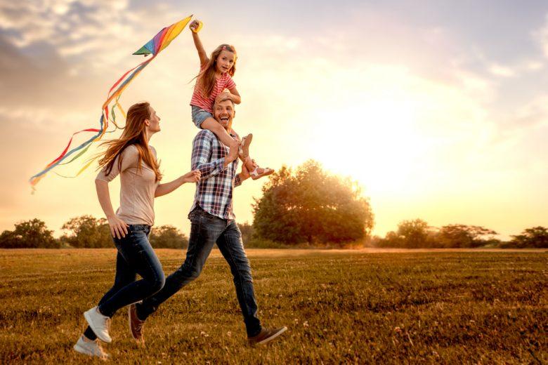 楽しい時間を過ごす家族