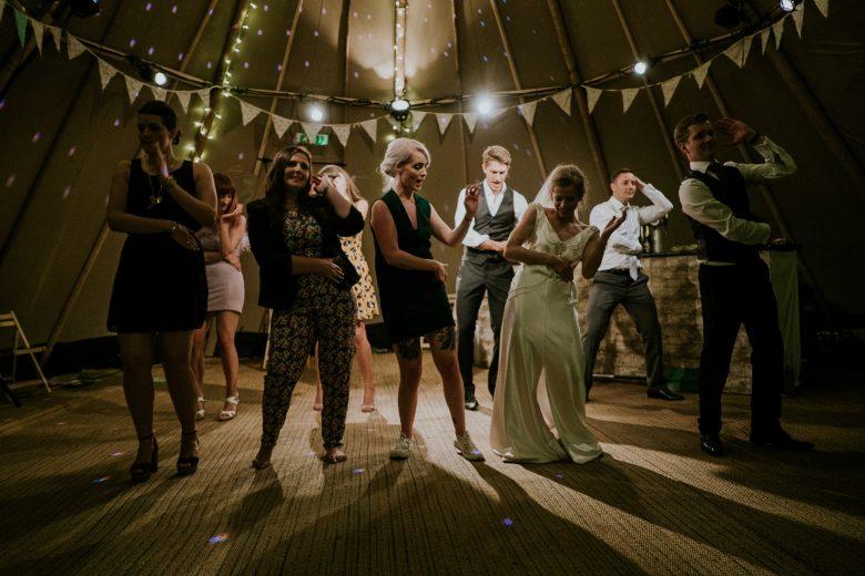 良かったことがあって踊る人たち