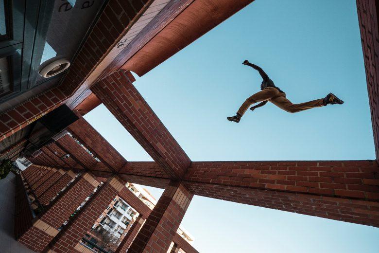 飛び移る男性