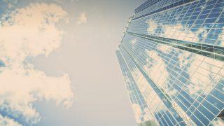 昼間の白と青の建物