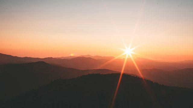 日没時に山のシルエット