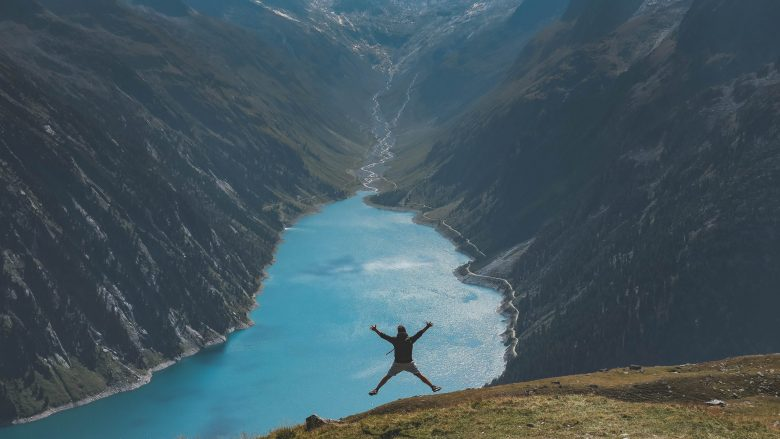 渓谷でジャンプをして楽しそうな人