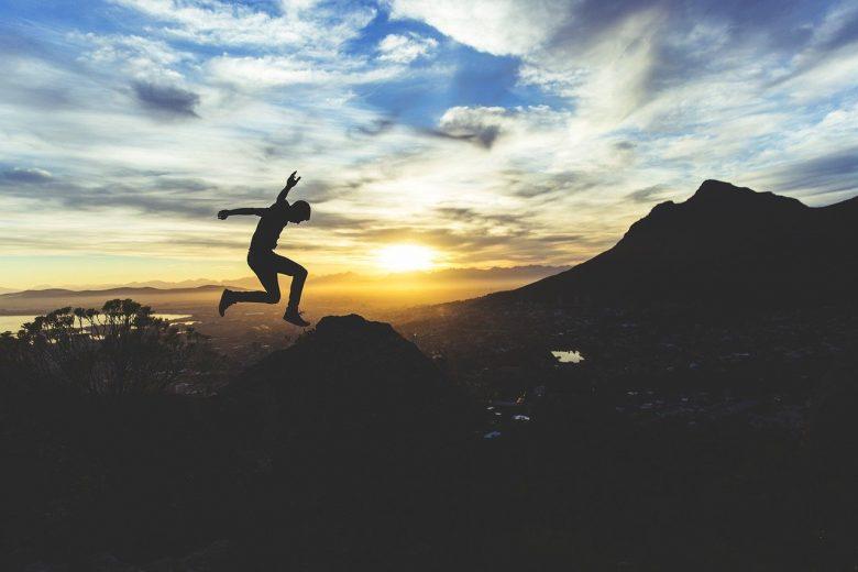 ジャンプして飛び移る若い人