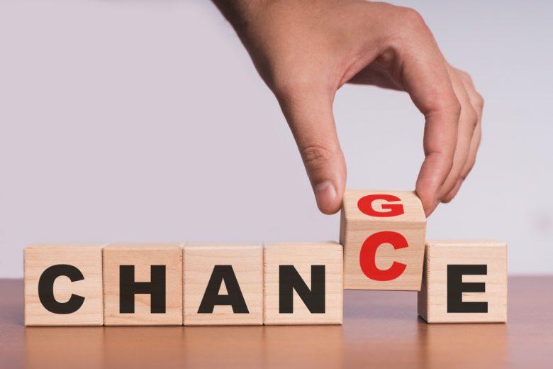 チャンスとチェンジの文字を変える左手