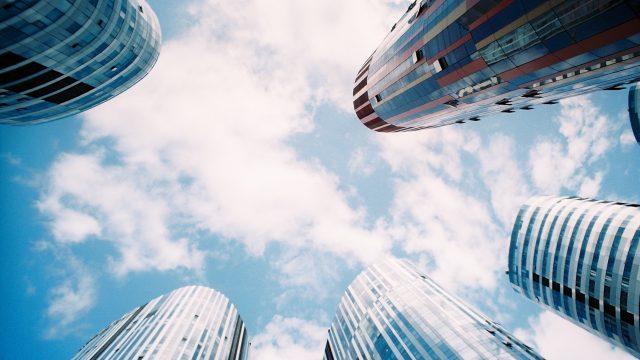 高層ビルに囲まれた視点