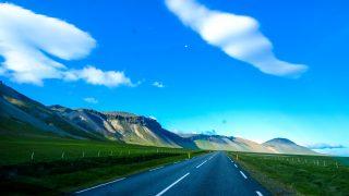 山の近くのアスファルト道路