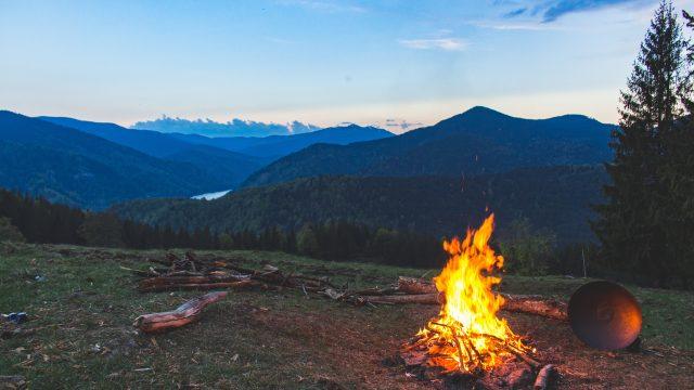 絶景の中で燃える焚火と遠くに見える山