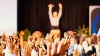 ポケライト写真で手を上げる人