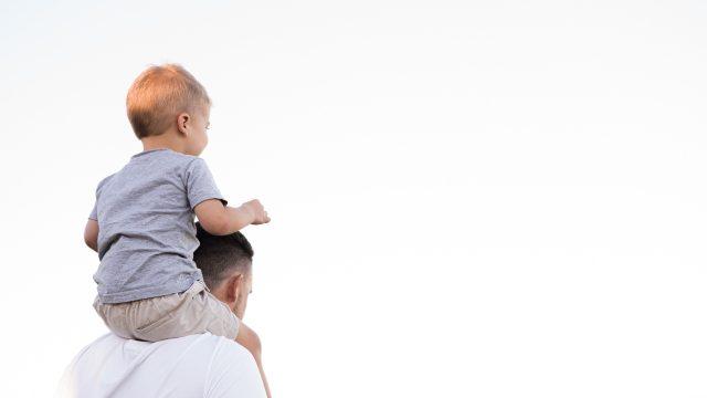 息子を方にのせる父親