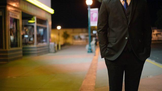ビジネスマンが街角にたたずむ様子