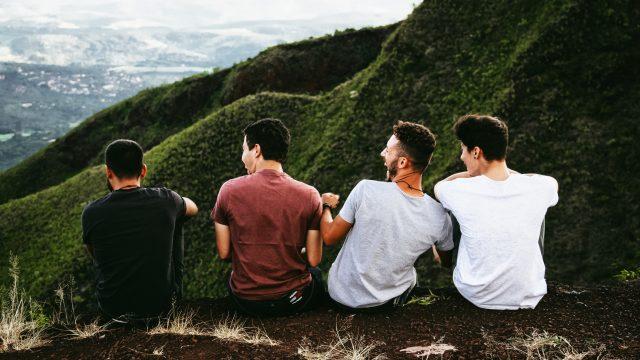 山道に座る男性4人組