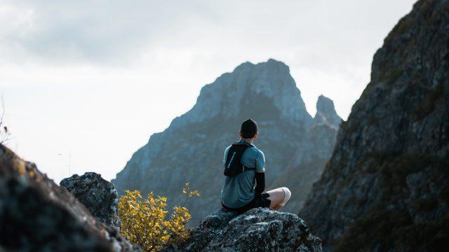 岩山に座る男性