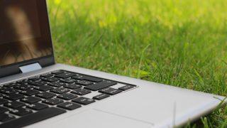 芝生の上にあるノートパソコン