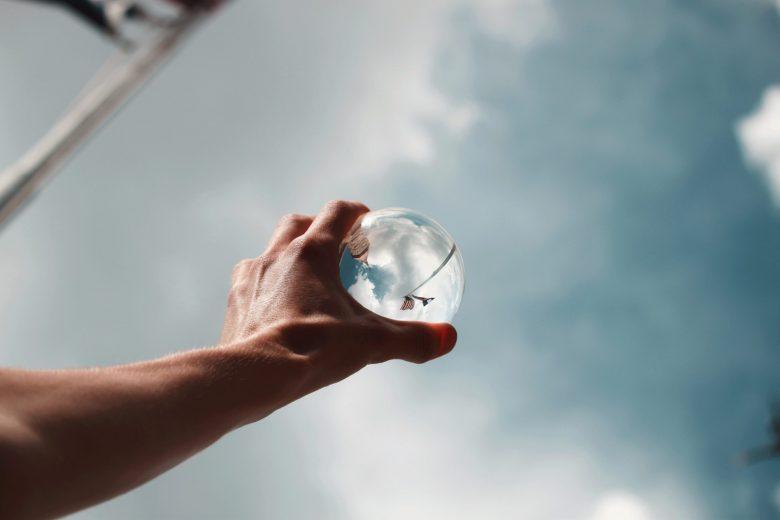 左手で水晶を持って空にむける様子