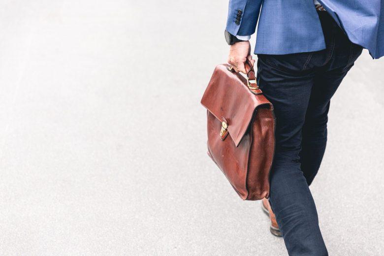 ビジネスバッグを持って走る男性