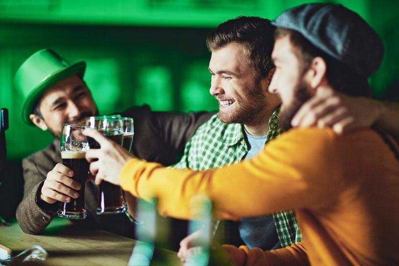 乾杯する3人の男性