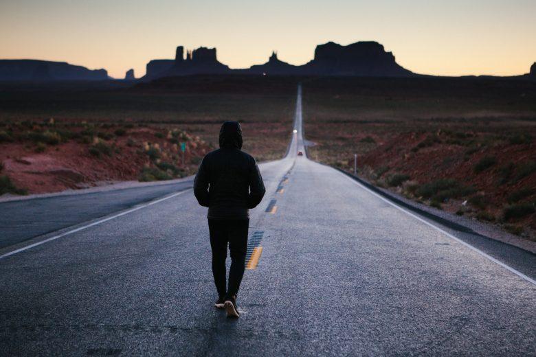 道路の中央を歩く人