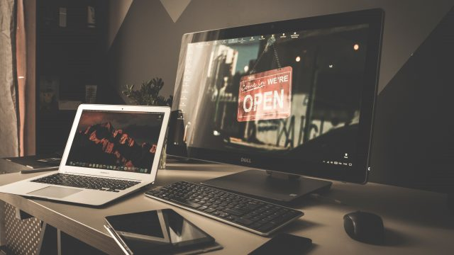 机の上にあるパソコンたち