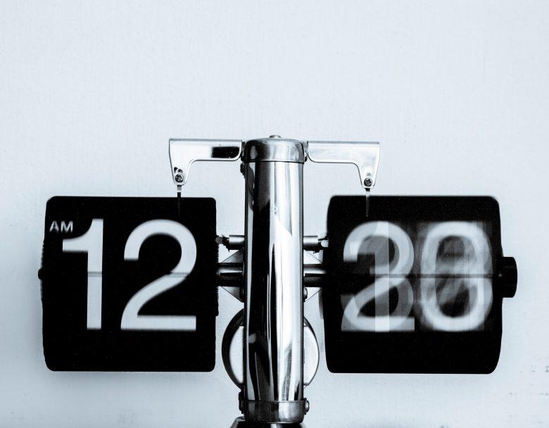 午前12時台を示すアナログ時計