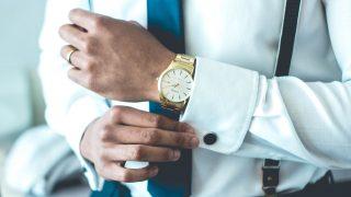 スーツの袖をとめる男性