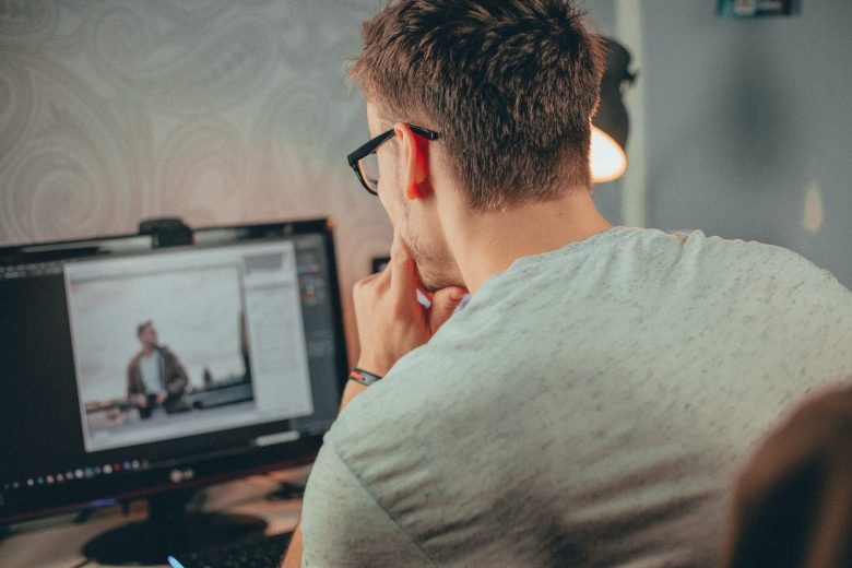 パソコンを使っている男性