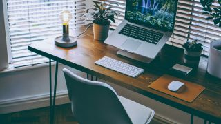 窓際のテーブルにあるMacbookPro