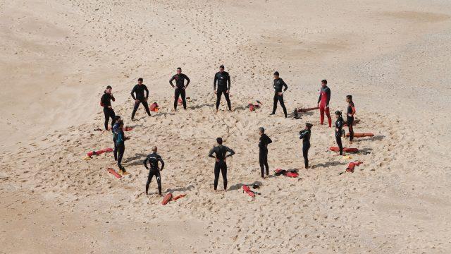 ビーチで輪になる男たち