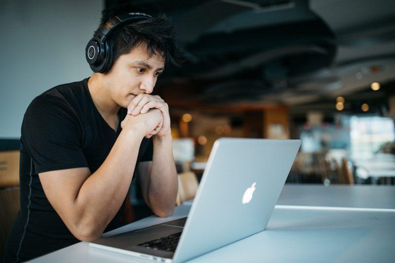 オンラインビジネスのメルマガを読む男性