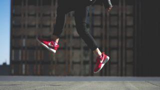 赤いナイキの靴をはいている人
