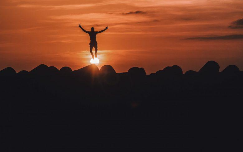 空中でジャンプする人のシルエット