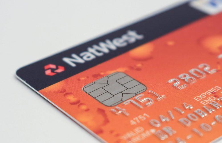 オレンジ色のクレジットカード