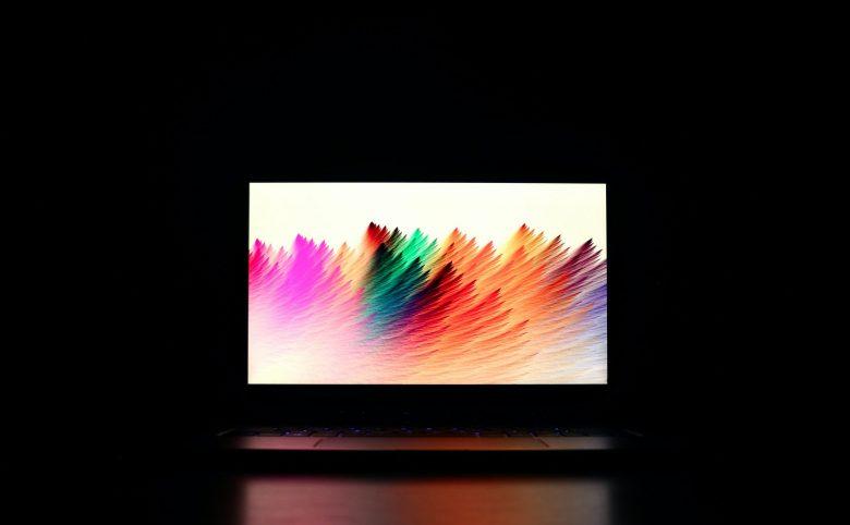 カラフルな背景のパソコン