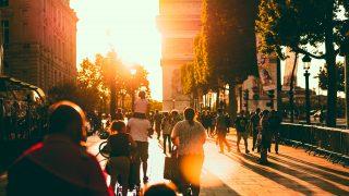 夕日が差し込むストリートの様子