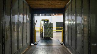 フォークリフトで荷物を運ぶ様子