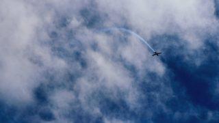 上空を旋回する飛行機