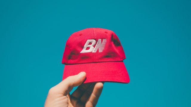 赤い帽子を掲げる様子