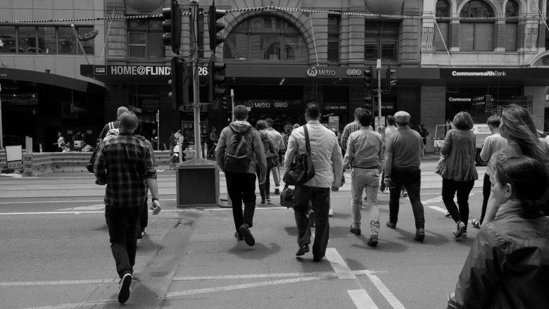 建物に向かって歩く人たち