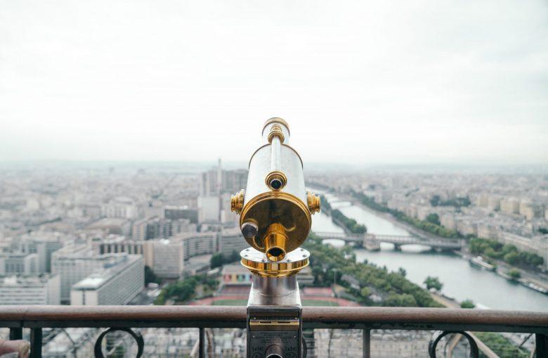 屋根の上にある金と銀の望遠鏡