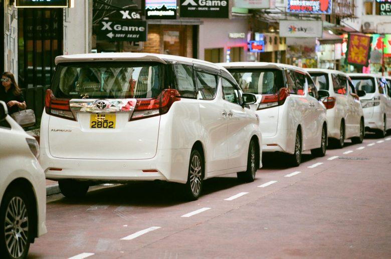 道路に並ぶ白のステーションワゴン