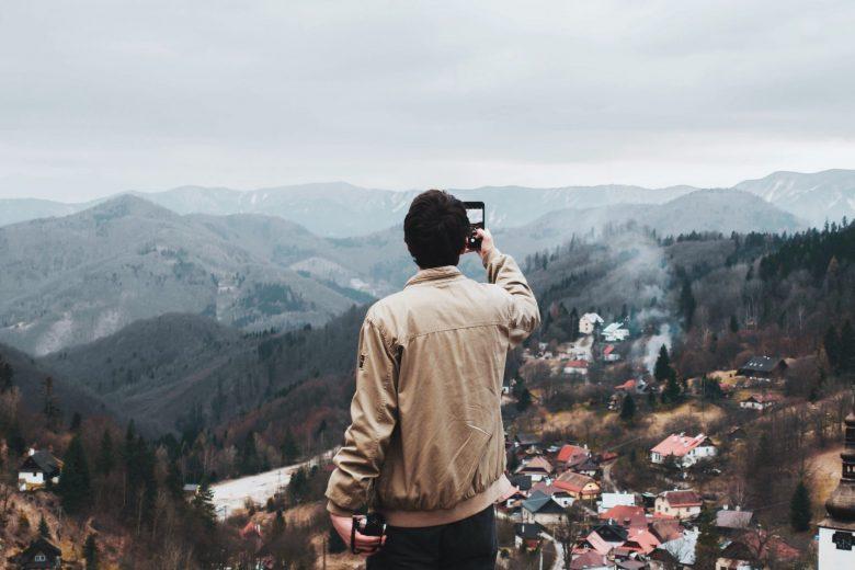 街の写真を撮影する男性