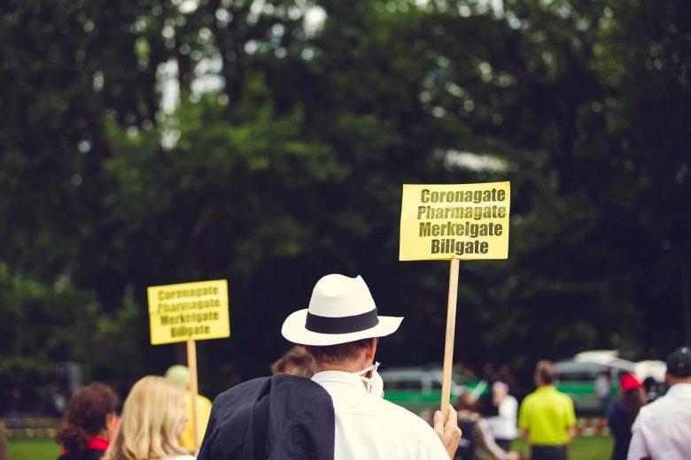 黄色い看板を掲げる人